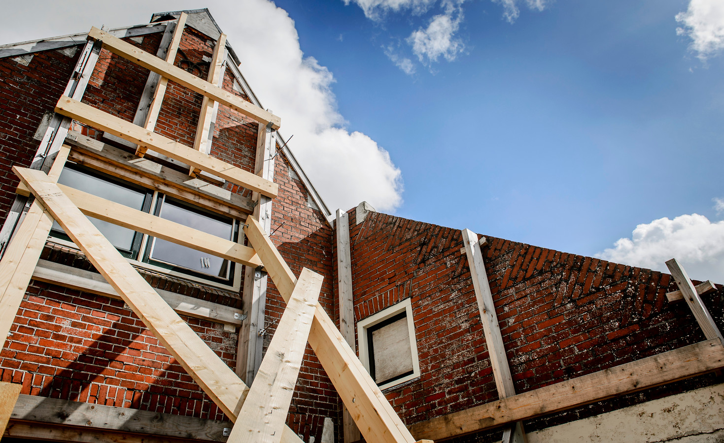 Een gebouw is verstevigd met balken na aardbevingsschade die is ontstaan door de gaswinning.