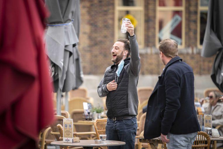 Terrasgangers verlaten om 18.00 uur de terrassen in de Utrechtse binnenstad. Vanwege een versoepeling van de coronamaatregelen mag de horeca de terrassen openen van 12.00 uur tot 18.00 uur.  Beeld ANP