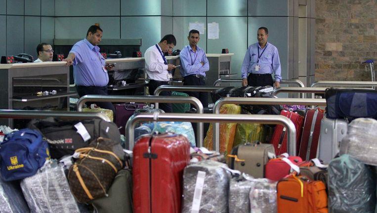 Koffers op de luchthaven van Sharm al-Sheikh. Passagiers mogen alleen nog handbagage mee terugnemen. Beeld afp