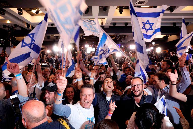 Supporters van Benny Gantz reageren op de exitpolls. Beeld AFP
