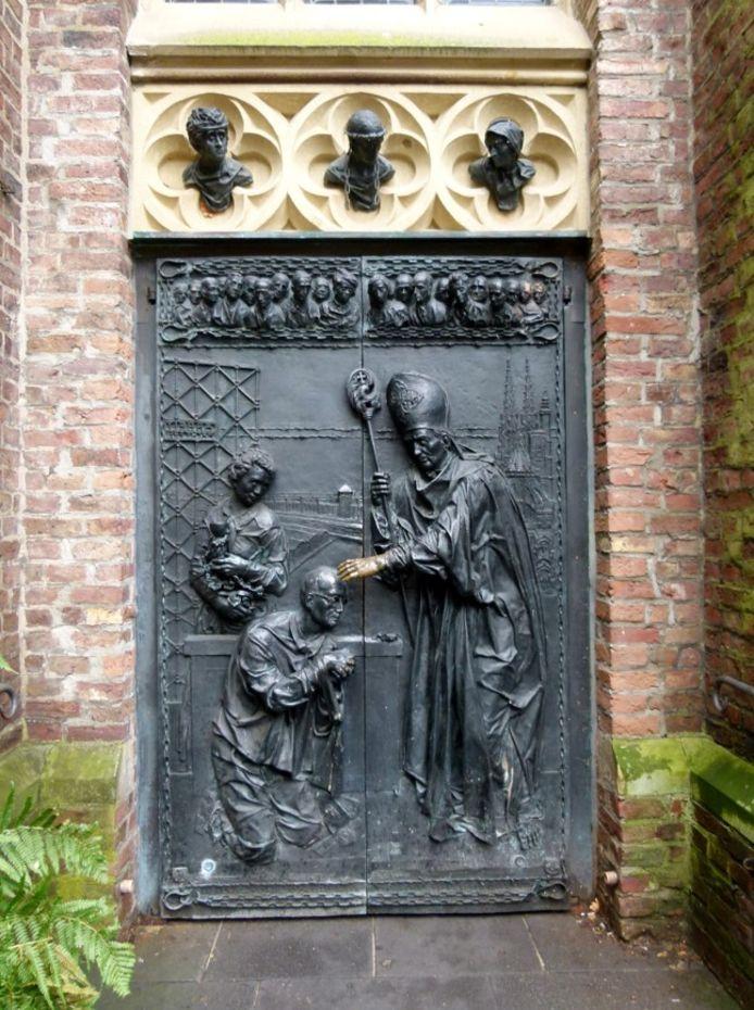 Deze bronzen deur in de basiliek van Kevelaer laat de priesterwijding van Karl Leisner in het kamp Dachau door een medegevangene, de Franse bisschop van Clermont Gabriel Piguet, zien.