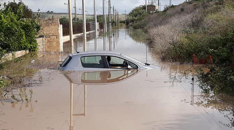Een ondergelopen auto in Italië. Beeld EPA