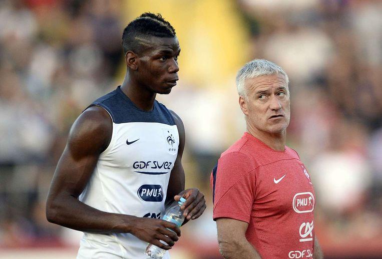 De Franse bondscoach Didier Deschamps Didier Deschamps (R) met middenvelder Paul Pogba op de training Beeld AFP
