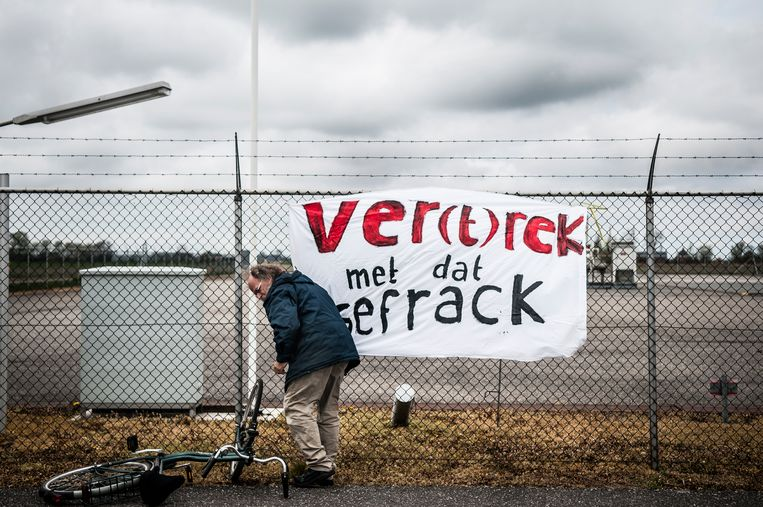 Demonstranten voeren actie bij een boorlocatie van de NAM aan de Leegsterweg bij Warfstermolen. De actievoerders zijn tegen de plannen om gas te winnen door middel van fracken. Beeld anp
