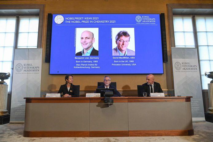 (De gauche à droite) Pernilla Wittung Stafshede, membre du comité Nobel de chimie, Goran K Hansson, secrétaire général de l'Académie royale des sciences de Suède et Peter Somfai, membre du comité Nobel de chimie, lors d'une conférence de presse pour annoncer les lauréats du prix Nobel de chimie 2021. (De gauche à droite) Benjamin List (Allemagne) et David MacMillan (États-Unis), à l'Académie royale des sciences de Suède à Stockholm (Suède), le 6 octobre 2021.