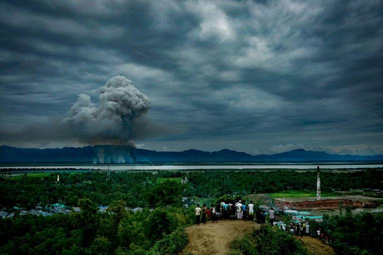 Huizen van Rohingya staan in de brand. Beeld ZUMAPRESS.com