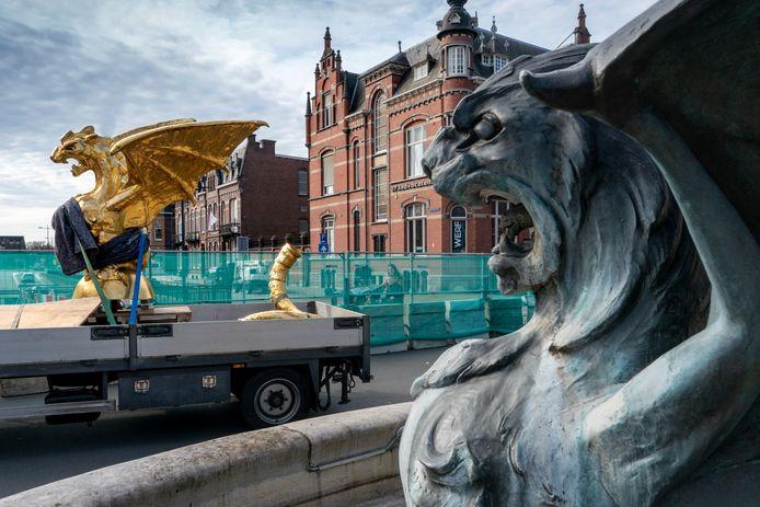 De draak op de wagen naar het Noordbrabants Museum.