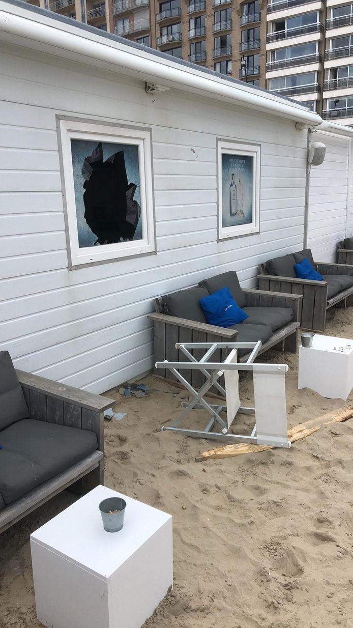 De inbrekers sloegen een raam van strandbar aan diggelen om binnen te raken.