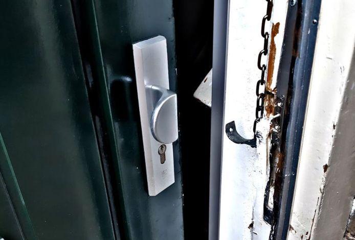 De opengebroken deur van de 112-beller in Arnhem.