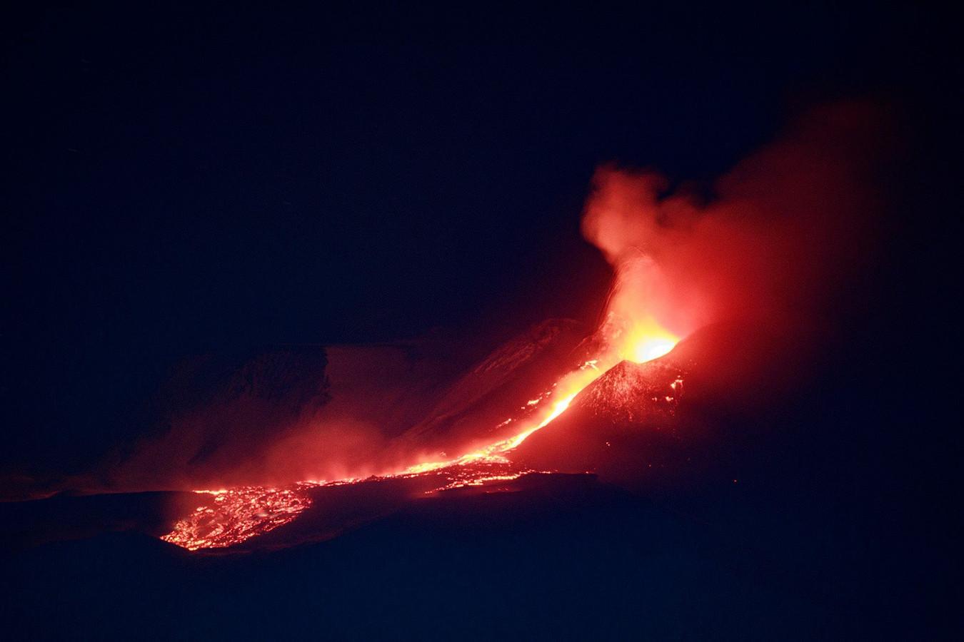 L'Etna illumine le ciel de Sicile.
