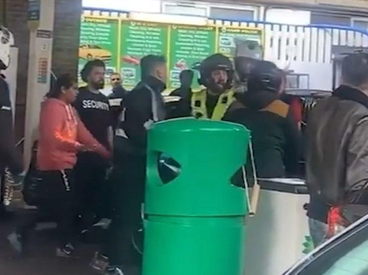 Klanten Londens tankstation op de vuist bij spanningen rond brandstoftekort