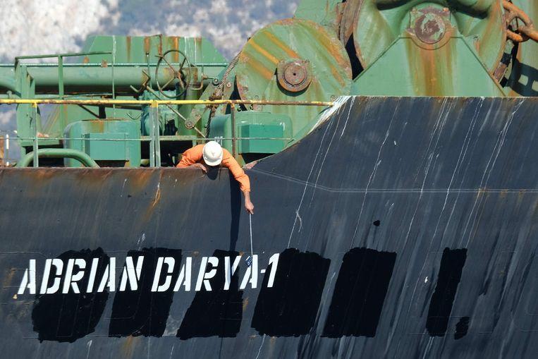 Een crewlid checkt de naam van de tanker, Adrian Darya, die voorheen bekend was als de Grace 1.