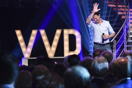 Premier Mark Rutte waarschuwde bedrijven vorig jaar tijdens het VVD-congres behaalde winsten te delen met hun werknemers. Het kabinet besloot daarop de verlaging van de winstbelasting met een jaar uit te stellen.