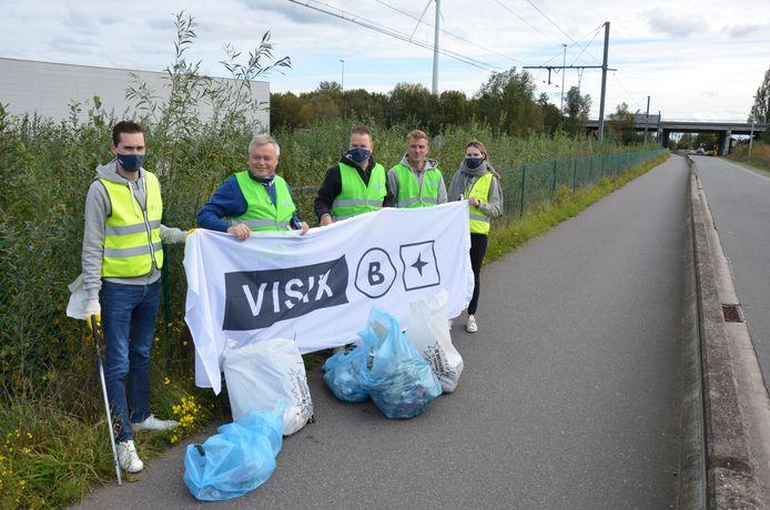 De werknemers en zaakvoerder van Visix trokken de straten rond de industriezone in om zwerfvuil te ruimen.
