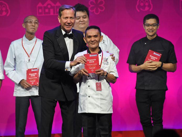 Michael Ellis, de internationale directeur van de Michelin Gids overhandigt de ster aan Maleisische chef Chan Hong Meng voor zijn epische noedels met kip en sojasaus.