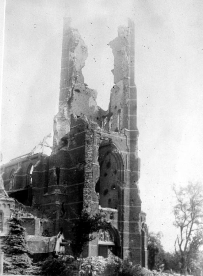 De toren van de katholieke kerk in Hank werd verwoest door de geallieerden.