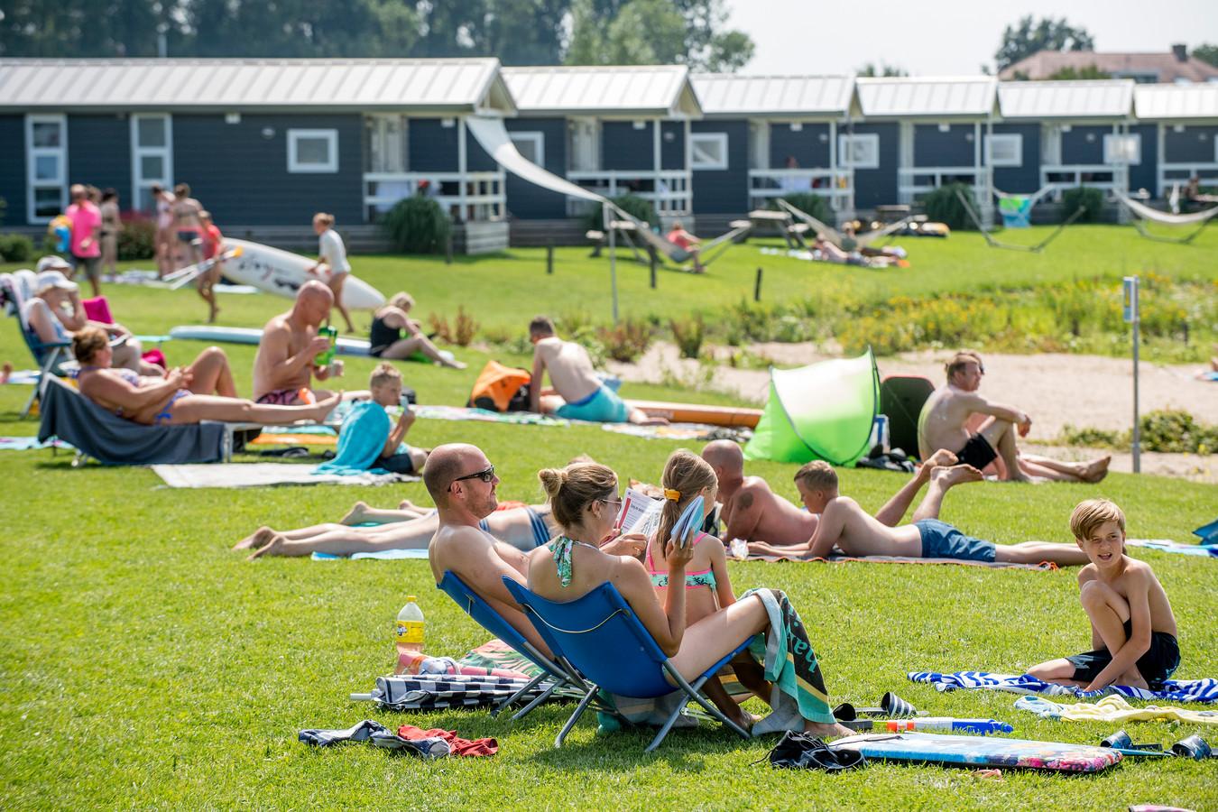 In heel Nederland zitten de vakantieparken nagenoeg vol. Wie nog iets vindt, betaalt de hoofdprijs.
