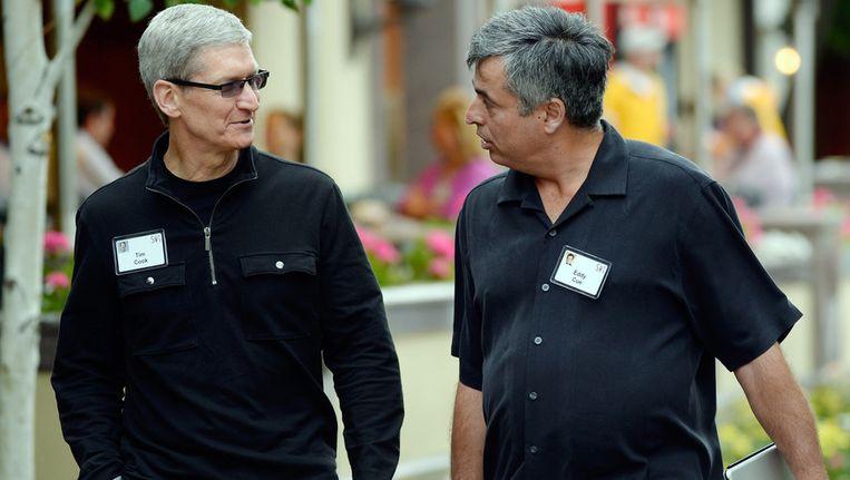 De alarmbellen zullen ongetwijfeld rinkelen bij Apple, op deze foto CEO Tim Cook met zijn SVP, Eddy Cue. Beeld GETTY
