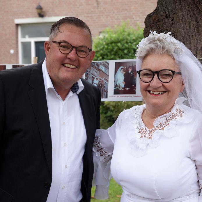 Jaap Vreugdenhil en Sita Strootman gaan in trouwkleding op de foto bij de trouwfoto van 44 jaar geleden.