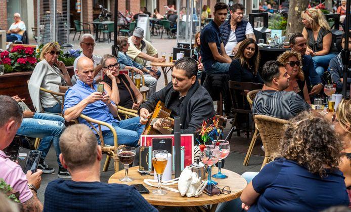Jimmy Rosenberg tijdens zijn buitenoptreden bij café Tante Dientje aan de Markt in Helmond. Noodgedwongen unplugged.