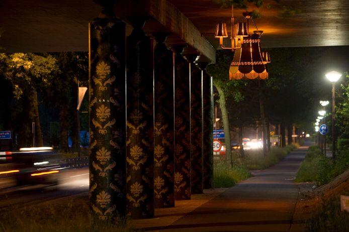 De kunst van lampenkappen onder het viaduct in Ede.