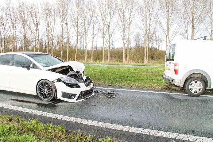 Een personenauto liep forse schade op na een botsing op de Nijkerkerweg in Zeewolde.