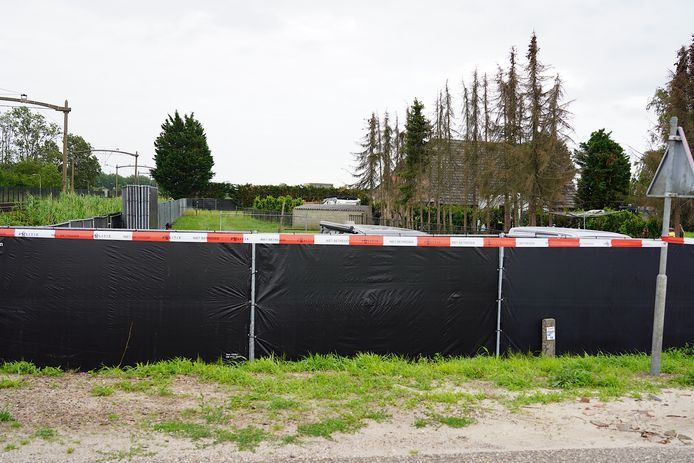 Het terrein is afgezet met zwarte hekken.
