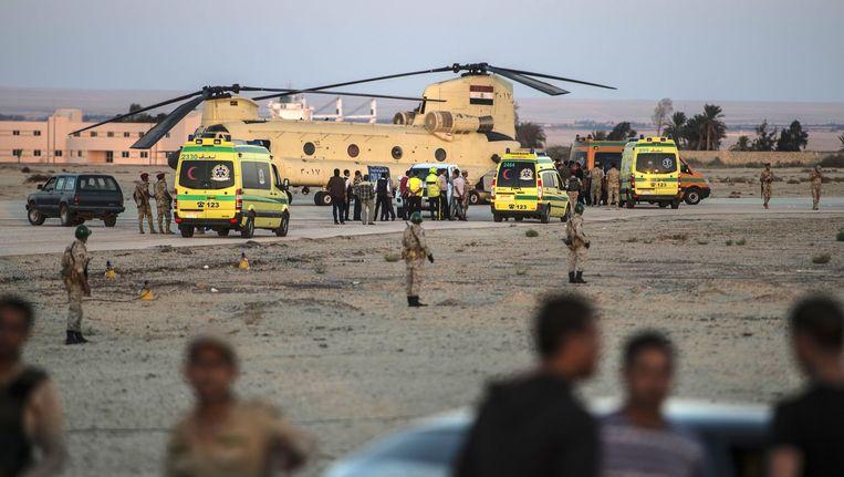 Egyptische ambulances vervoeren de lichamen van de omgekomen passagiers die aan boord zaten van het verongelukte Russische toestel. Beeld AFP