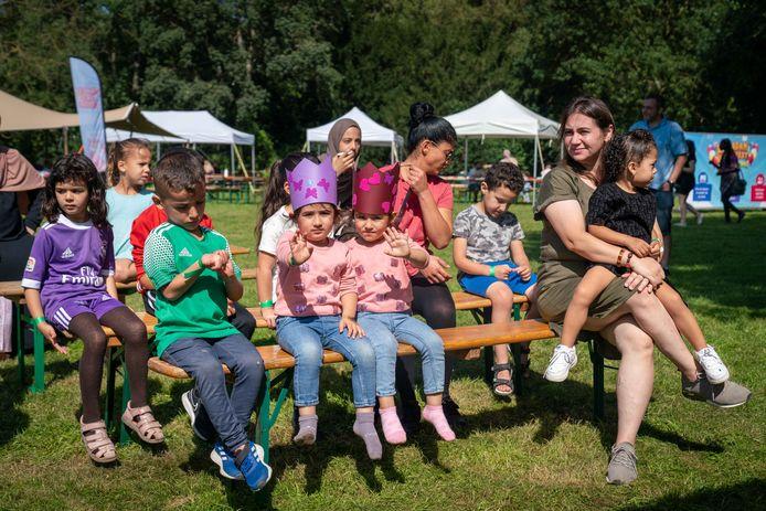 Kinderen en ouders genieten van het Ramadan Kinderfeest.
