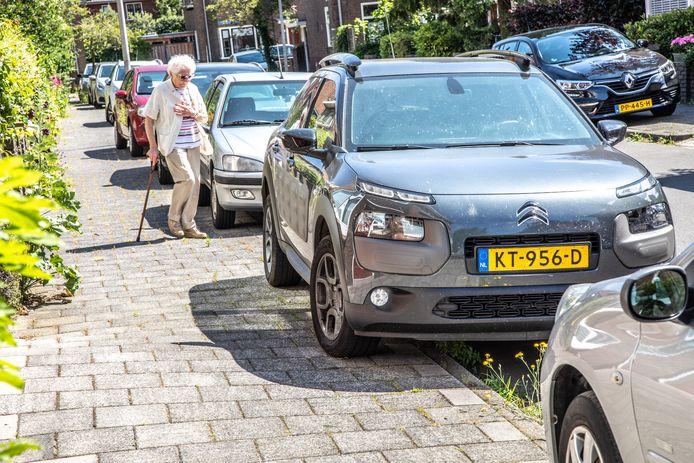 Bewoners van het Veeralleekwartier weten niet meer waar ze aan toe zijn: opeens deelt de gemeente boetes uit voor auto's die half op de stoep staan. Maar dat doen ze daar al jaren...