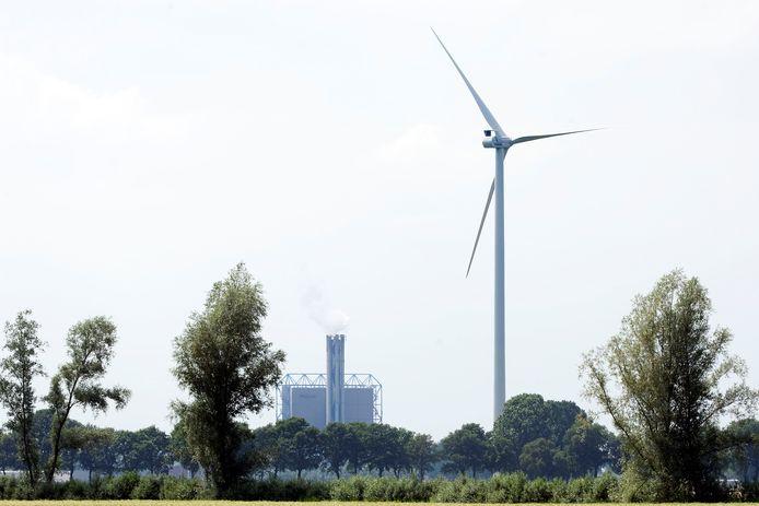 Een windmolen middenin het landschap bij Duiven (archieffoto).