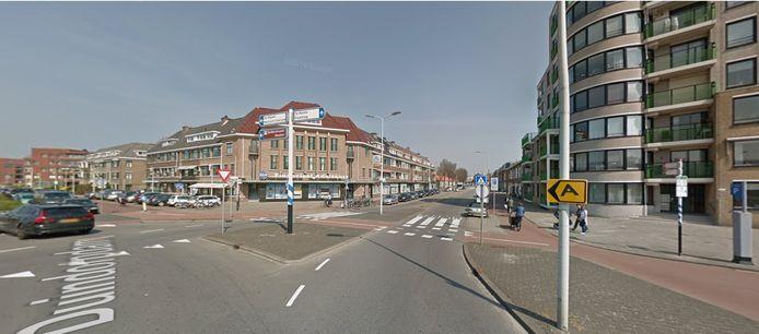 Vanaf de Duindorpdam scheuren de auto's de Westduinweg in.