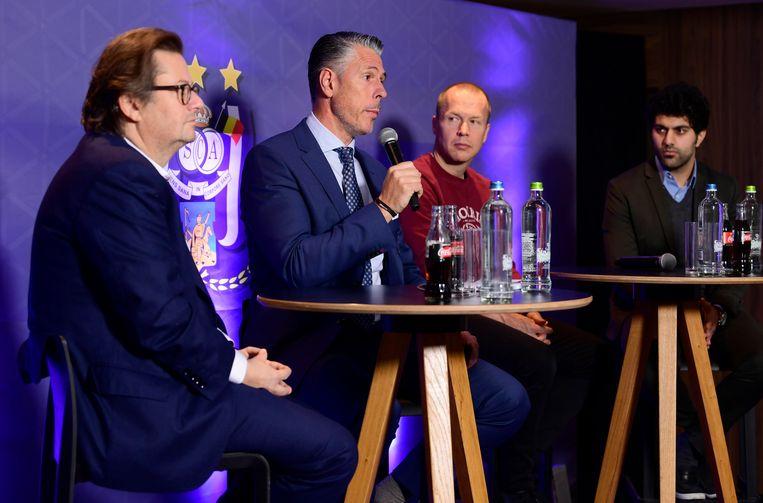 Persconferentie in Anderlecht, met Marc Coucke (voorzitter), Michael Verschueren, Per Zetterberg (assistent-coach) en Aaron Kanwar (RSCA International). Beeld Photo News