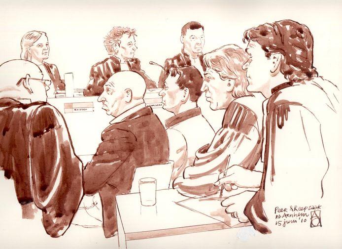 Een rechtbanktekening van Martien R. (2e van links) uit 2010, toen hij verdacht werd van de moord op Ossenaar van Hans van Geenen. Rechts zijn vaste advocaat Jan-Hein Kuijpers.