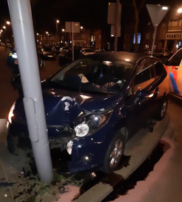 De Rotterdammer heeft zijn auto flink beschadigd toen hij tegen een lantaarnpaal aanreed.