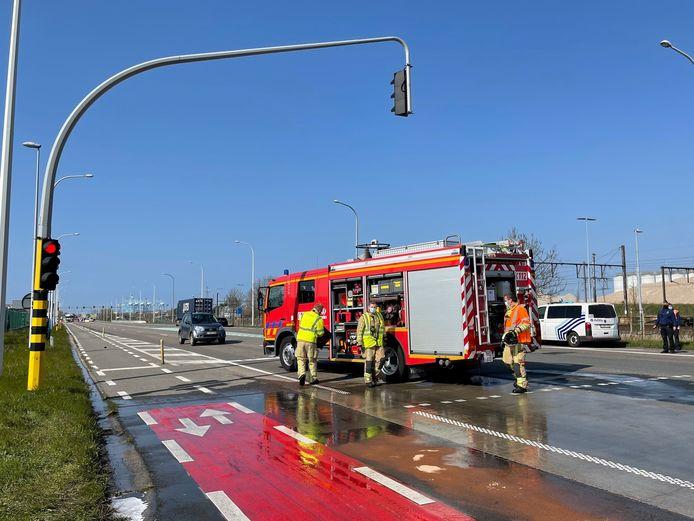 De brandweer kwam de rijbaan reinigen.