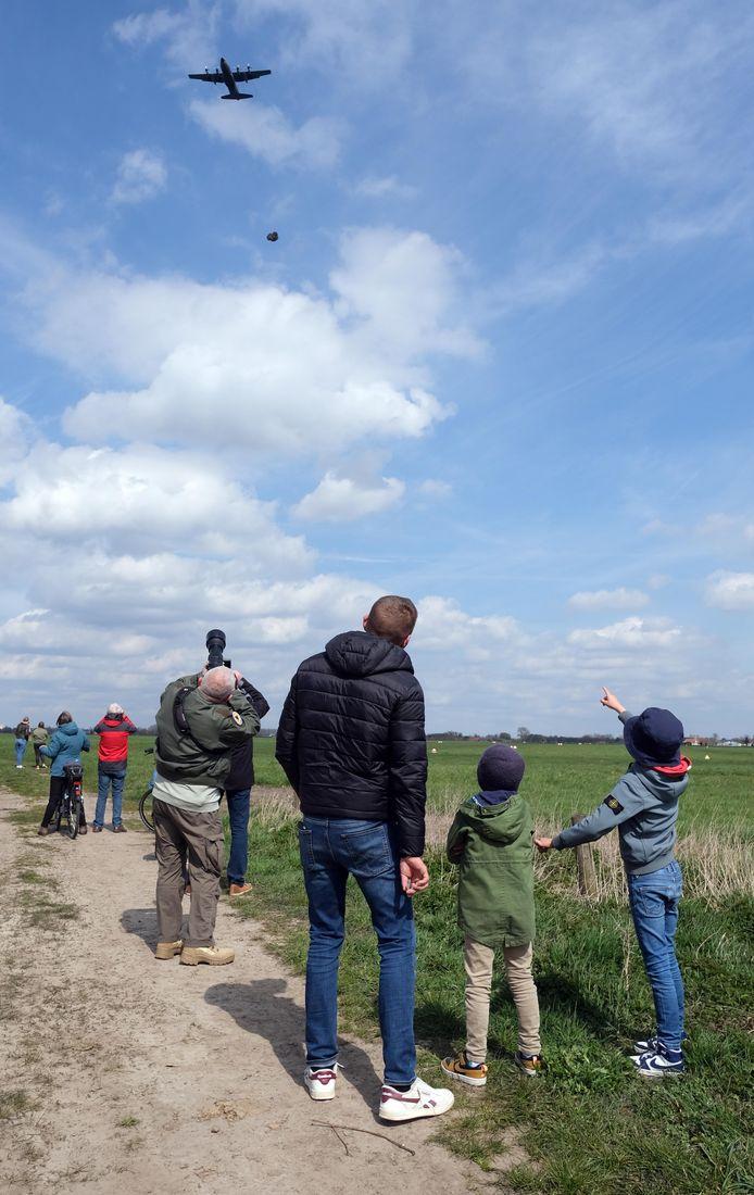 Vrijdag werden vanuit een C-130 Hercules 11 paracommando's gedropt boven het militair vliegveld van Moorsele. Dat lokte nogal wat kijklustigen.