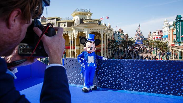 Hennie Legen en haar gezin kunnen op bezoek bij Mickey Mouse in Disneyland Parijs.