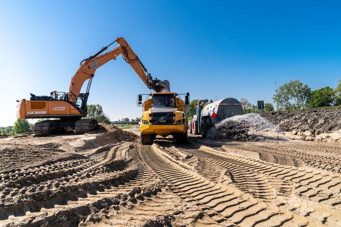 De aanvoer van zand voor de aanleg van de A16 Rotterdam.