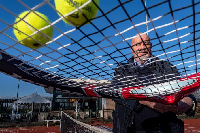 Voorzitter Kees Coppens van Tennisclub Wouw op de baan. De club bestaat vijftig jaar, maar kan dat helaas niet vieren.