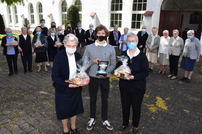 William Cooke van BonTappétit wordt geflankeerd door zuster Annie Vandenberghe (links) en algemeen overste Riet Devriese (rechts) van de Zusters van Liefde Heule.