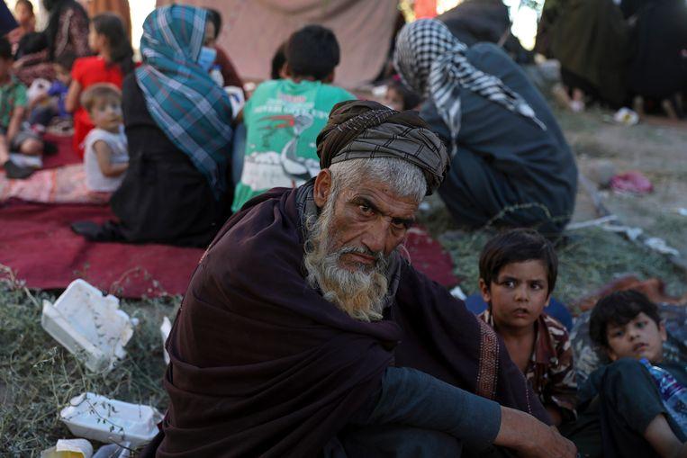 Voor de taliban gevluchte Afghanen verzamelen in een park in hoofdstad Kaboel.  Beeld AP