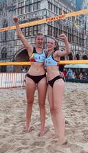 Jade Van Deun uit Oostmalle (links) en de Waalse Marion Beauve (rechts) vertegenwoordigen in juli ons land op het EK beachvolley U20 voor vrouwen in Turkije