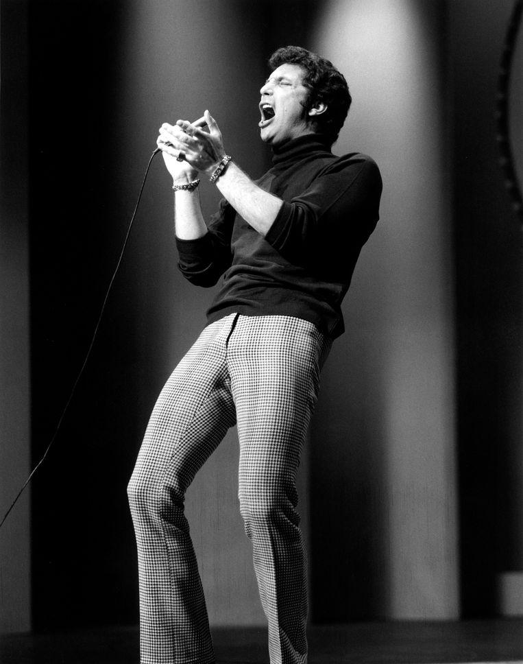 Tom Jones in 1965 tijdens een optreden in Londen. Beeld Redferns