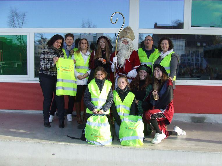 De Sint op bezoek bij de leerlingen van Campus Zomergem met enkele leden van het oudercomité.