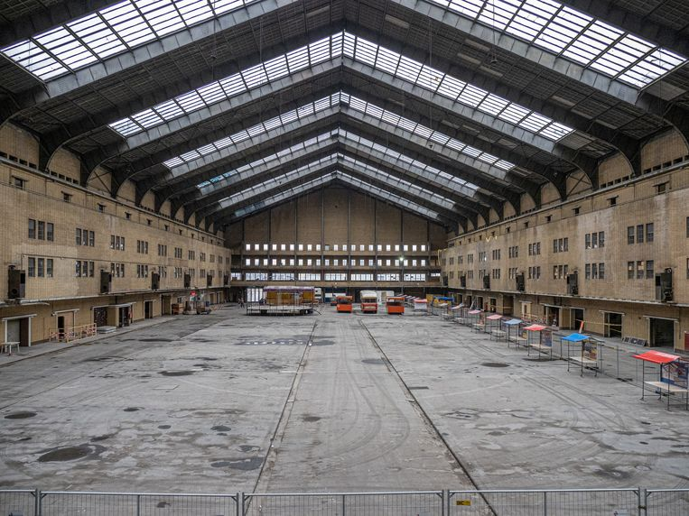 Vrijdag werd begonnen met de verbouwing van de Centrale Markthal in West. Beeld Jan van Dalen