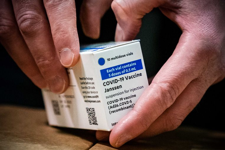 De eerste doses van het vaccin van farmaceut Janssen uit Leiden worden opgeslagen bij distributiecentrum Movianto.  Beeld ANP