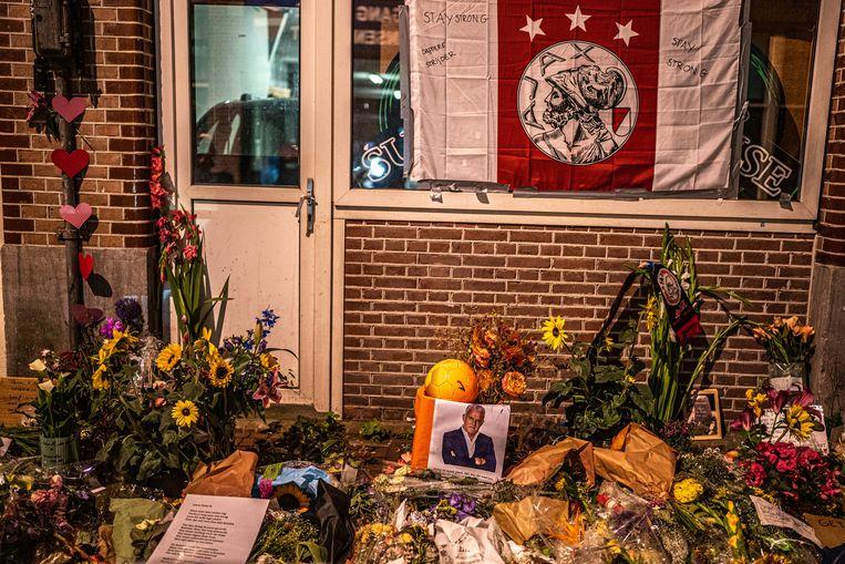 Een zee van bloemen is neergelegd op de plek in Amsterdam waar journalist Peter R. de Vries neergeschoten werd. Beeld Joris van Gennip