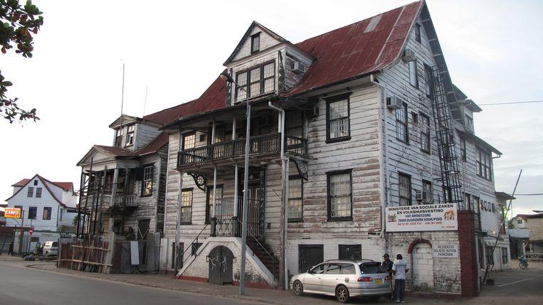 Houten huis in het historisch centrum van Paramaribo. Beeld Iñaki Oñorbe Genovesi