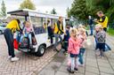 De stint mag niet meer worden gebruikt op de openbare weg. Leerlingen van de Sint Jozef school in Oudewater werden daarom vanmiddag door medewerkers van NSO 'Yellowbellies' opgehaald met de 'touwtrein', een vervoermiddel dat normaal wordt ingezet voor toeristische tochtjes door Oudewater.